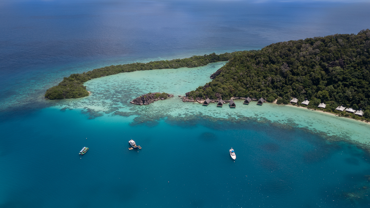 aerial_boats_in_west_lagoon_in_distance_west_overwater_suites_background