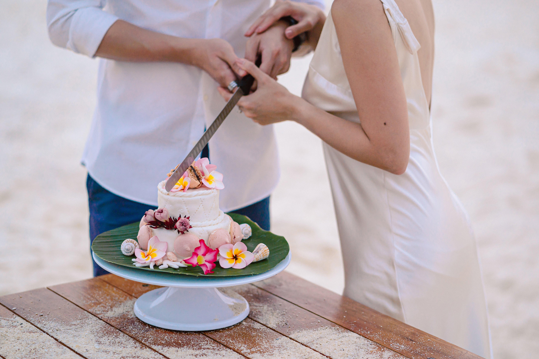 cutting_wedding_cake