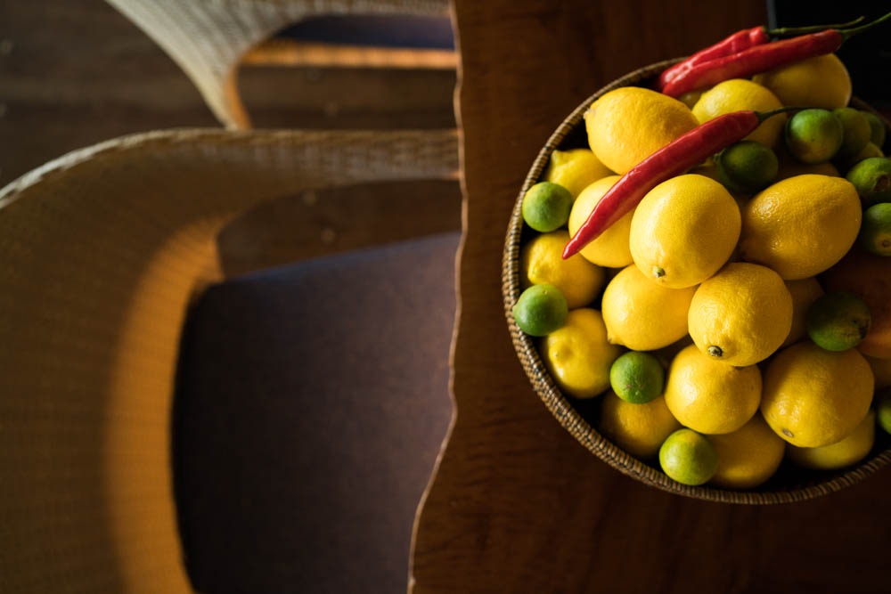 fresh_lemons_and_limes_in_wooden_tray_2