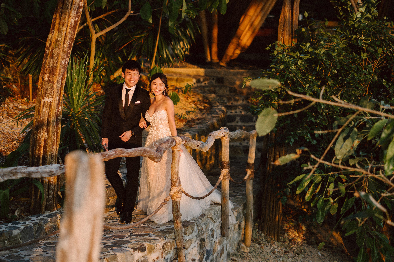 wedding_couple_walking_on_walkway_from_treetops_to_the_lookout_2 (1)