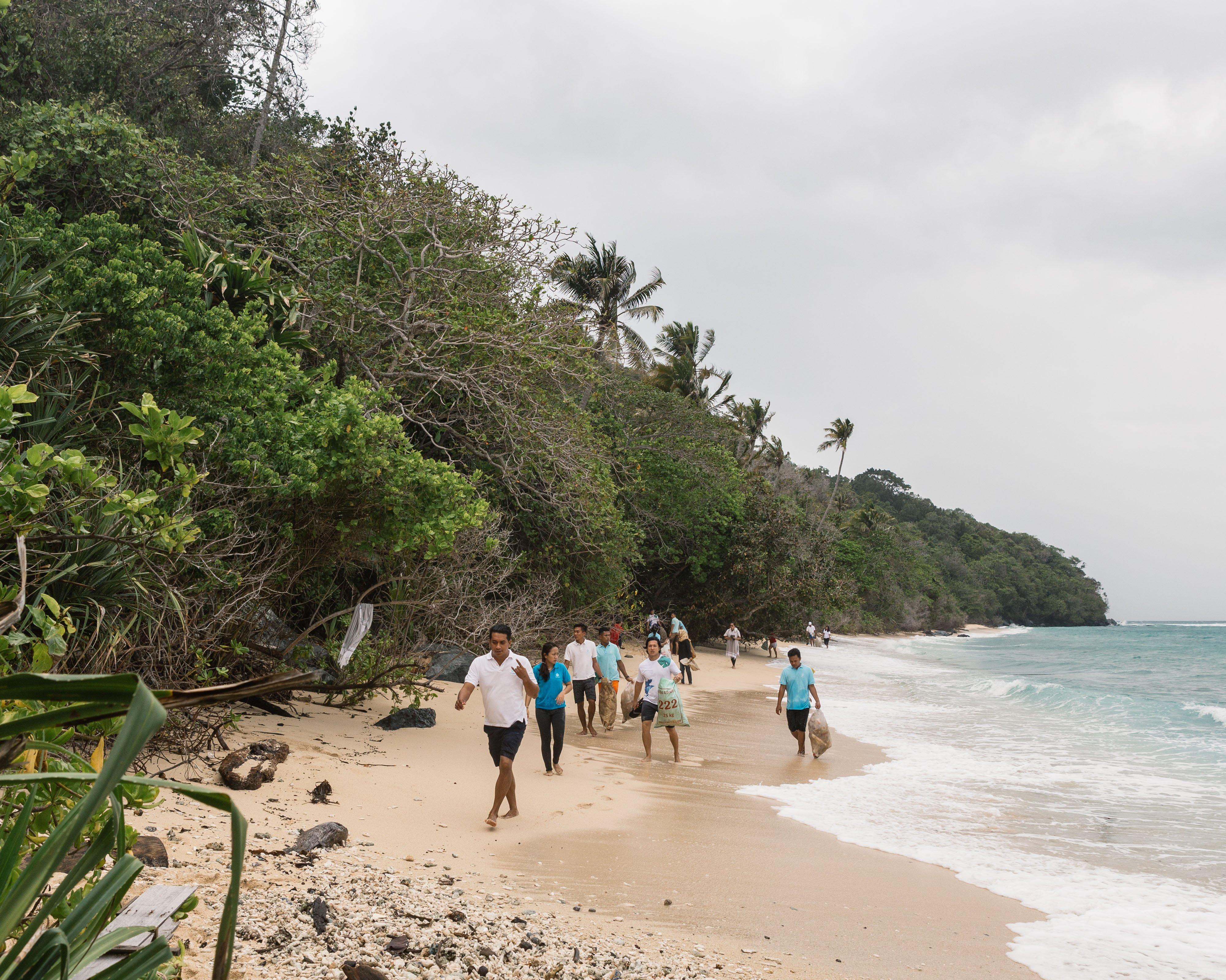 bawah_team_cleaning_beach