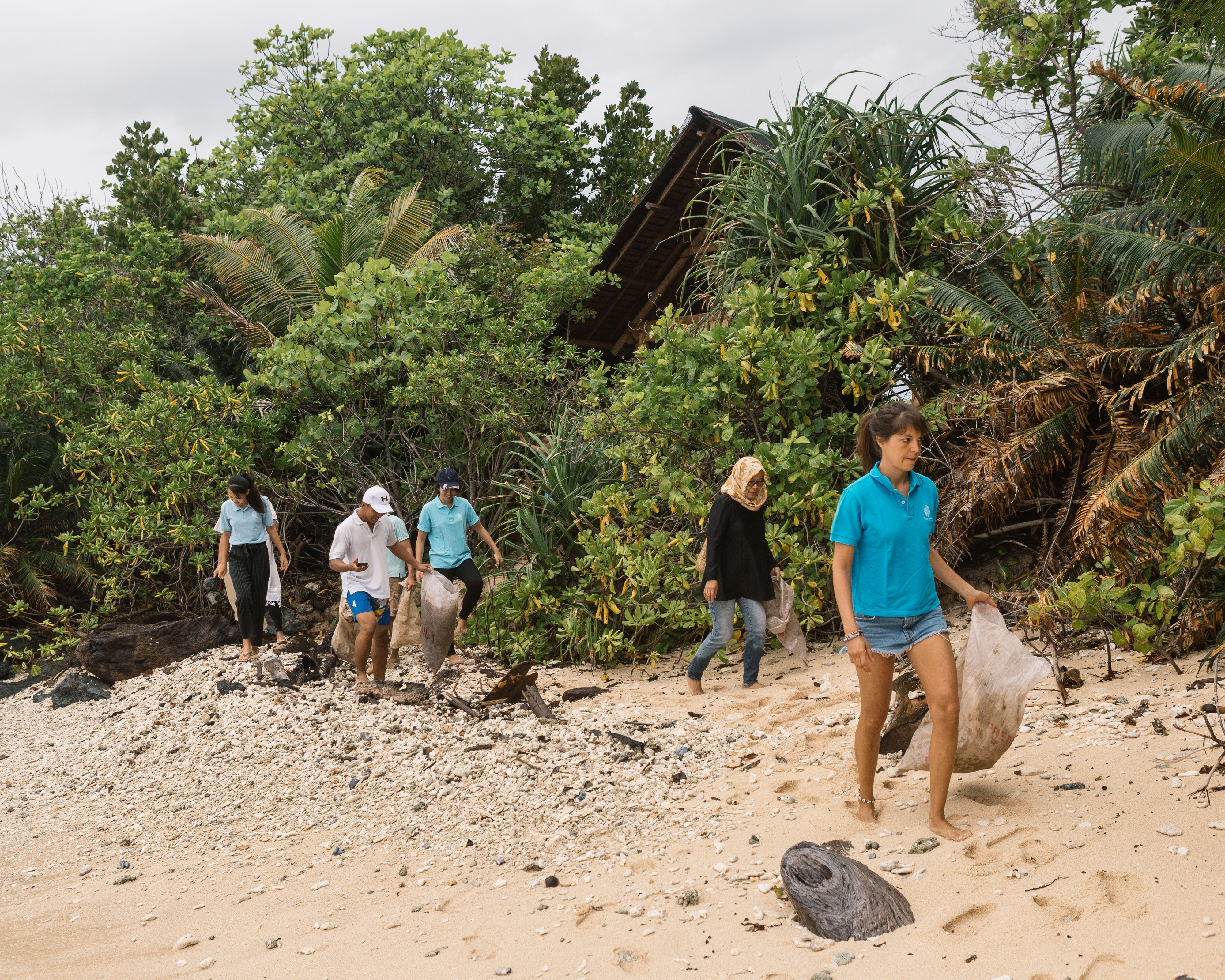 bawah_wwf_team_cleaning_beach_together