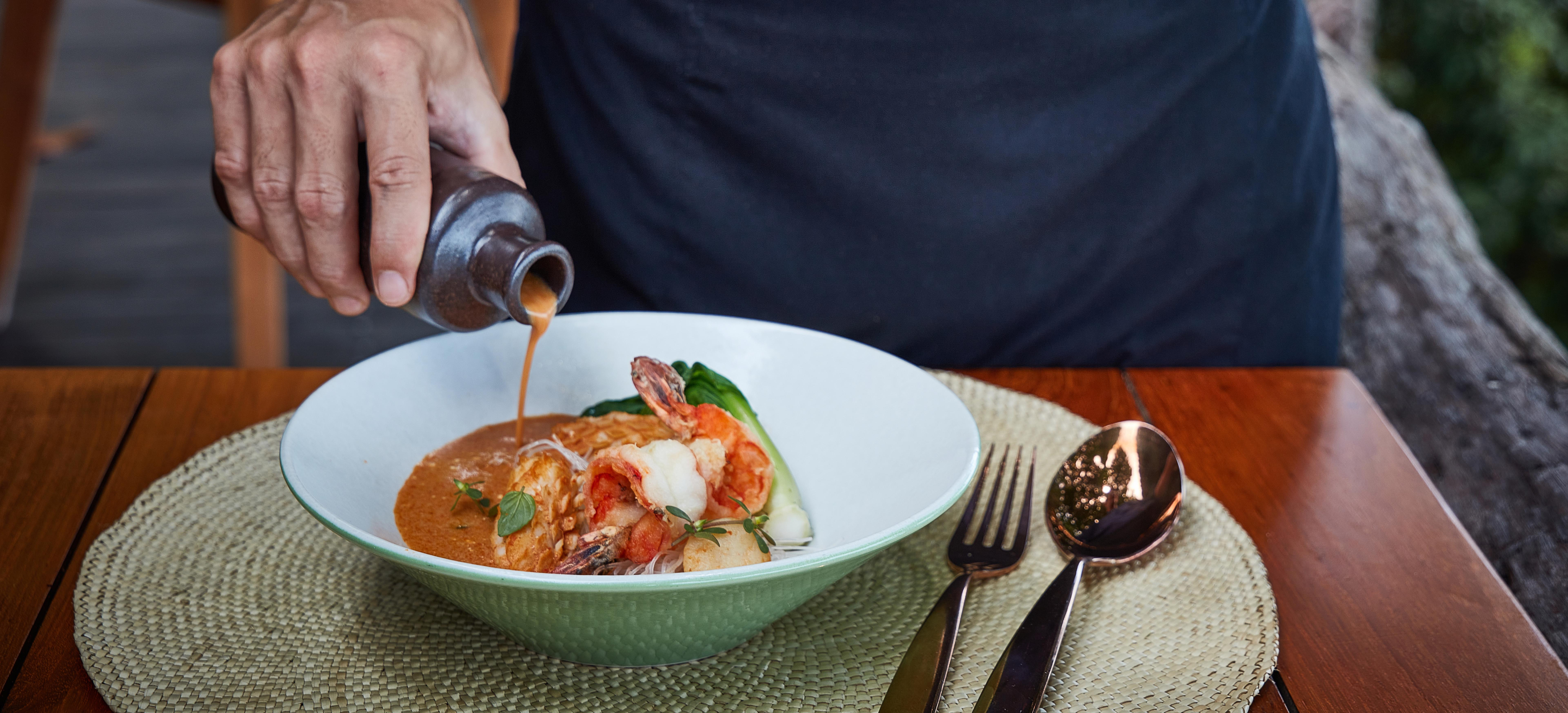 tree-tops-laksa-chef-pouring-sauce 4