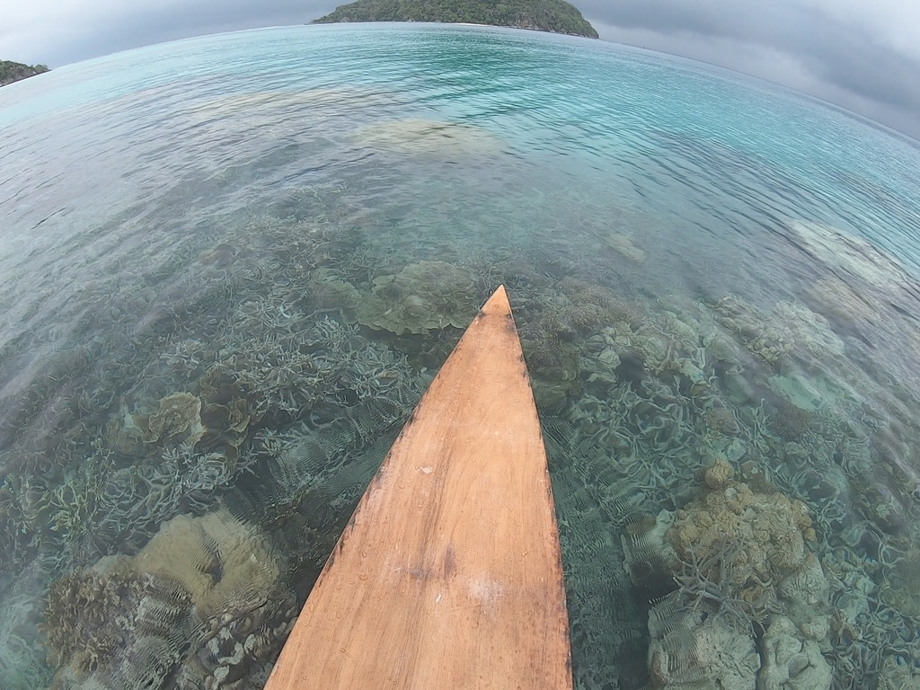 wooden_paddle_board_edge_under_coral_reefs_lagoon